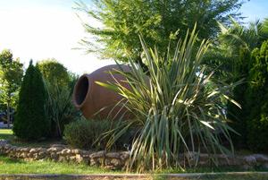Ideas de decoración con tinajas de barro en jardines, fincas y chalets